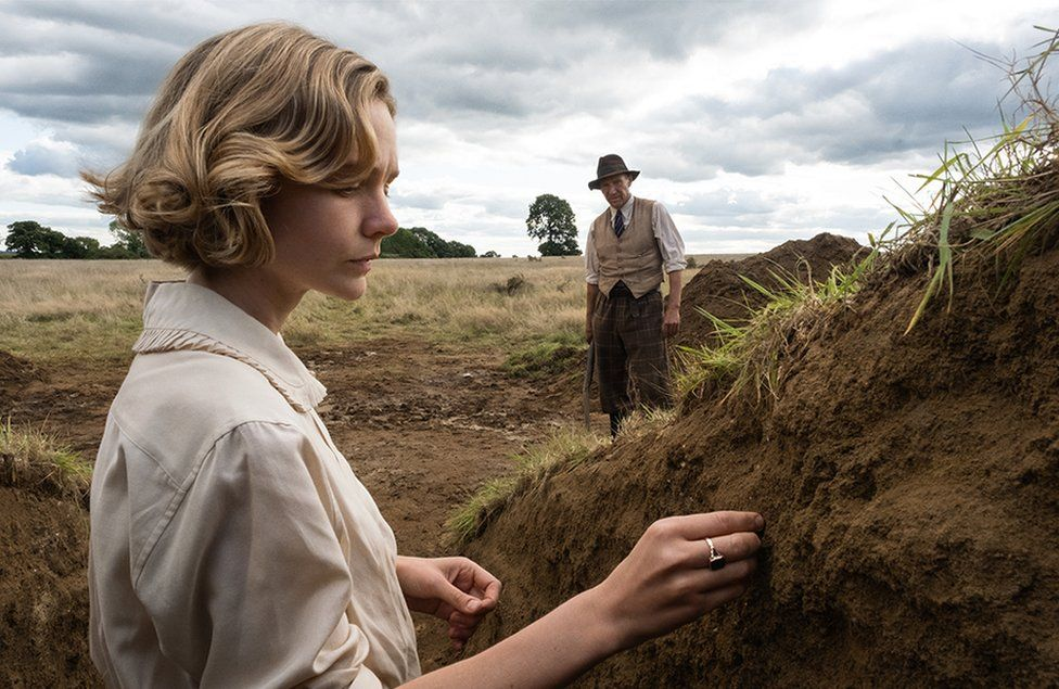 Carey Mulligan as Edith Pretty and Ralph Fiennes as Basil Brown in The Dig
